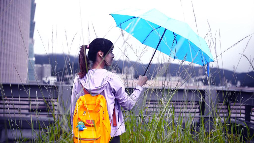 Guiguan Appier, Taipei, Taiwan / Sigma 35mm / Canon 6D 原諒我,因為心情真的很糟糕,所以在頂樓的場景變成一個很詭異的色調。  太久沒刻意為照片選一個色調表現,找了好久,調出一個類似我現在心情的色調。  從中研院回公司,借了 Guiguan 一點時間到頂樓拍照,在路上本來想說應該會是下雨天的狀況,因為要離開南港的時候突然暴雨,但基隆路這邊卻只有點點雨。  頂樓有雜草,看起來真的沒整理很久,但剛好可以拍這樣的感覺。  其實公司周圍的頂樓我都探勘過了,不是上鎖就是沒有我滿意的場景。  但,還是有辦法的,或許吧。  Canon 6D Sigma 35mm F1.4 DG HSM Art IMG_9982_remix_16x9 Photo by Toomore