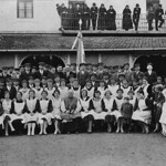 Gruppenbild vor 85 Jahren anlässlich der Firmung mit dem Schwabenbischof Augustin Pacha (Bildmitte), dem katholischen Billeder Jugendverein sowie den Billeder kirchlichen Amts- und Funktionsträger vor dem Festessen im GROSSEN WIRTSHAUS.