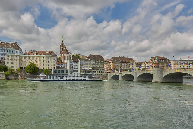 Basel mit Rheinschiff