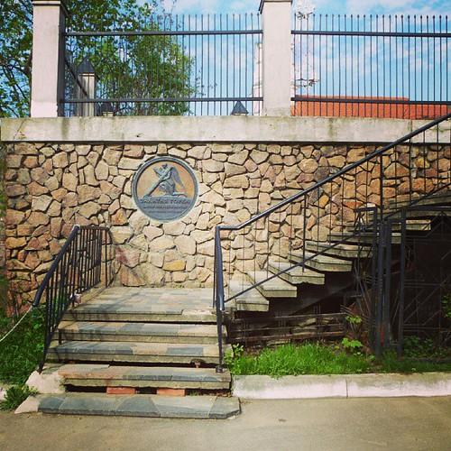 Подойти к костёлу Святого Роха, можно лишь, поднявшись по ступенькам