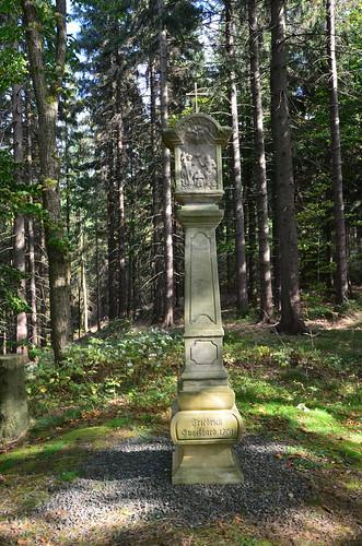 Mitten im Wanderweg eine Stele aus dem 18ten Jahrhundert
