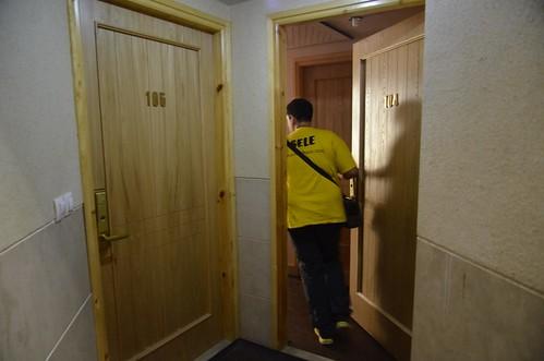 Entrando a una habitación de hotel