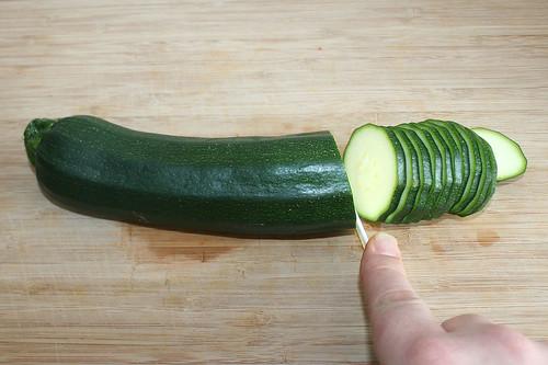 24 - Zucchini in Scheiben schneiden / Cut zucchini slices