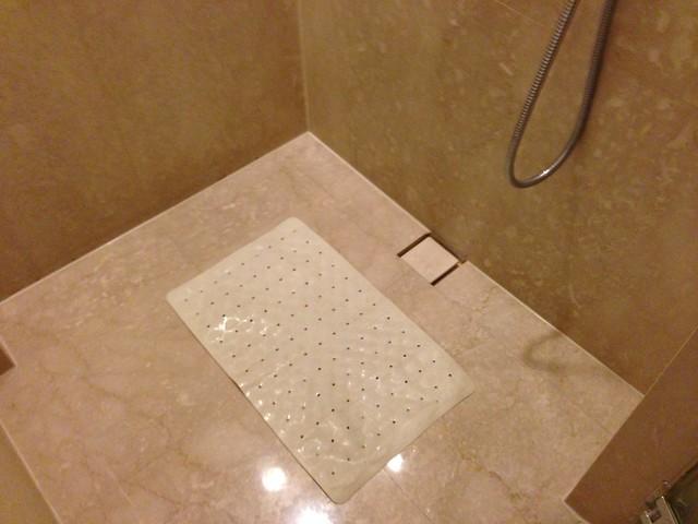 淋浴間裡的防滑墊@台中裕元花園酒店