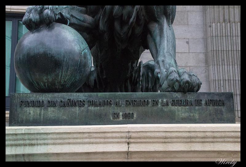 Leones Congreso Diputados curiosidades - Inscripción a pie de los leones