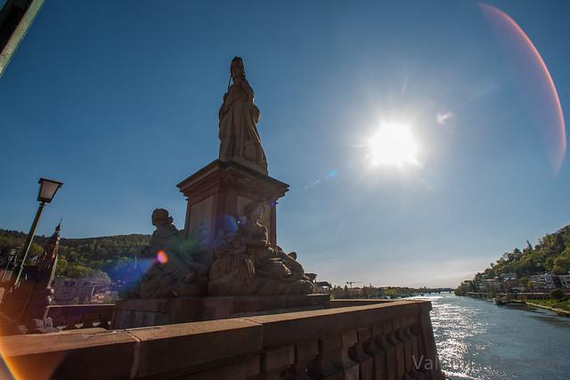 Weitwinkelfoto der Statue Minerva, des Neckars, fast direkt in die Sonne. Von der Alten Brücke Heidelberg