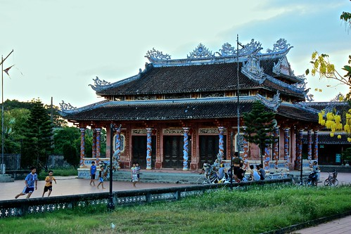 kids play in front of a Chinese style temple