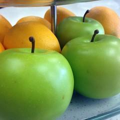 manzana verde(0.0), plant(0.0), produce(1.0), fruit(1.0), food(1.0), granny smith(1.0), apple(1.0),