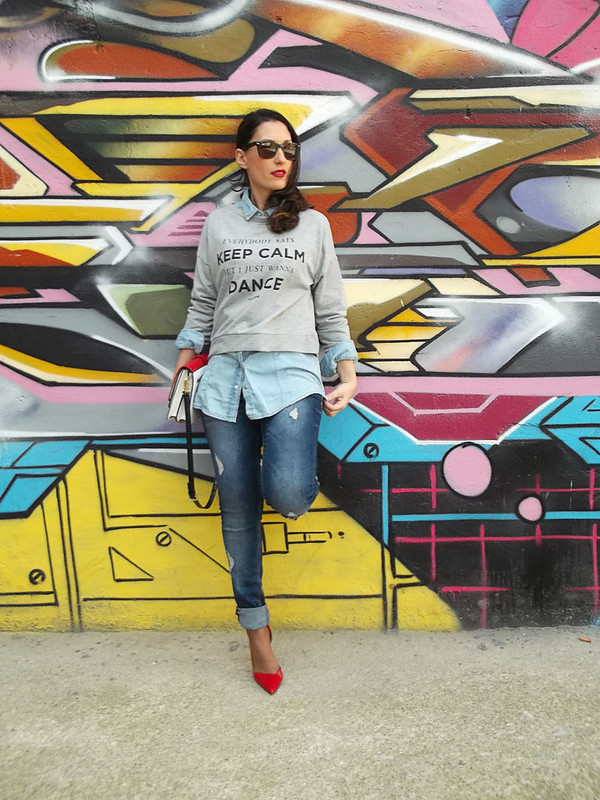 sudadera gris con print, total look denim, camisa vaquera, jeans rotos, rojo, grey sweatshirt with print, hoodie, total denim look, denim shirt, ripped jeans, red, Pull & Bear, Bershka, Stradivarius, Zara, Ray – Ban, MAC