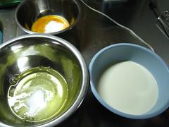 ボウルに卵白、卵黄、生クリームを入れ、砂糖を入れます