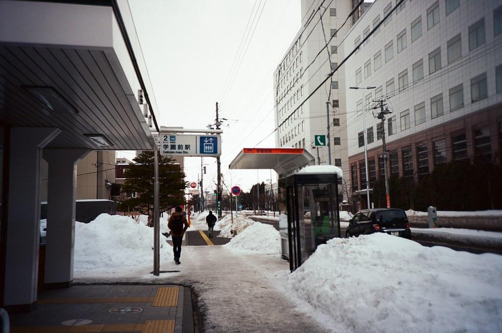 學園前 札幌 北海道 Sapporo, Japan / Kodak Pro Ektar / Lomo LC-A+ 在札幌住的地方,學院前,發音很好聽,咖估焉麥!  每次回來的時候聽到這站就很高興!  下雪,雪地!  Lomo LC-A+ Kodak Pro Ektar 100 8267-0002 2016-01-31 ~ 2016-02-02 Photo by Toomore