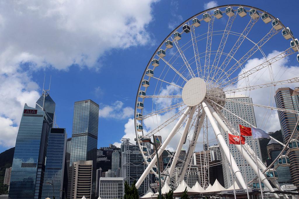 維多利亞港 Hong Kong / Sigma 35mm / Canon 6D 香港天氣好很棒,拍出來的景就藍天白雲分明。  在香港島這邊的維多利亞港有個大的摩天輪一路從遠方拍到港口這裡,看來最後的這個角度最棒!  恩,五星旗飄揚。  Canon 6D Sigma 35mm F1.4 DG HSM Art IMG_1739 Photo by Toomore