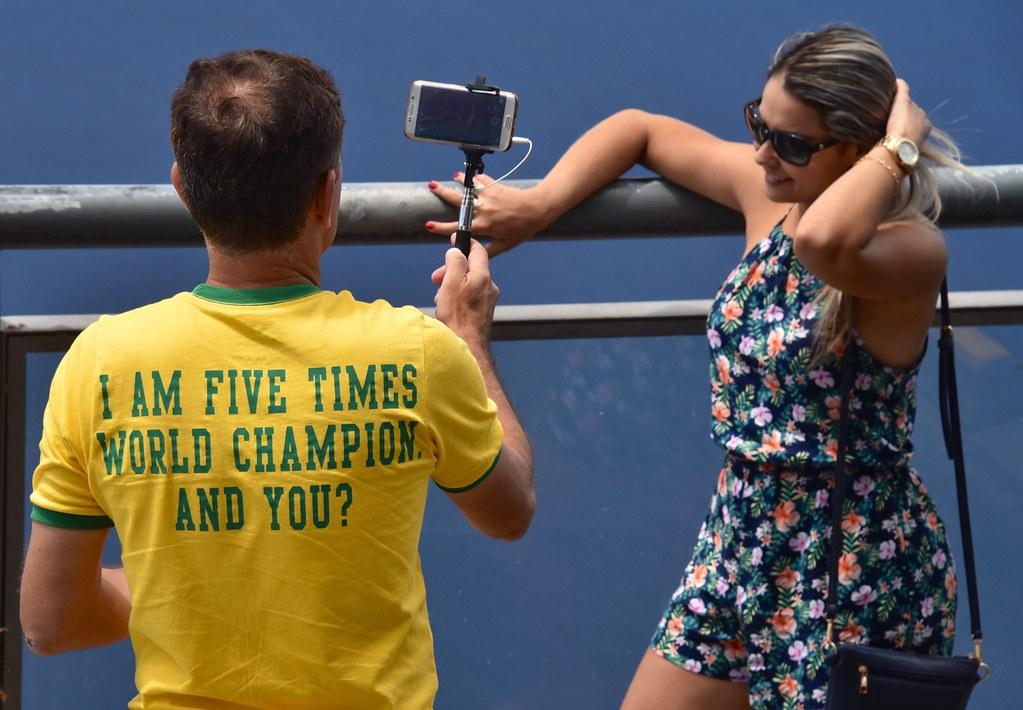 Toeristen druk met elkaar te fotograferen.