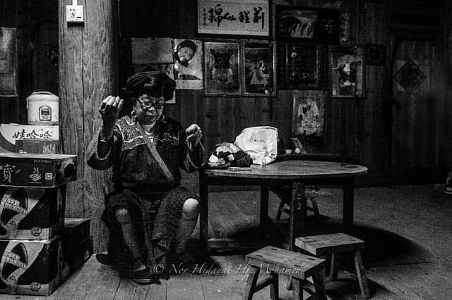 Handmade pashmina in the making..  #guilin #china #paddyterrace #pashmina #travel #travelgram #travelling #travelphotography #traveller #travelblog #travels #traveldiaries #travelawesome #goasean #gotravel #asian #asia #mommy #travelmagazine #travelbug #h