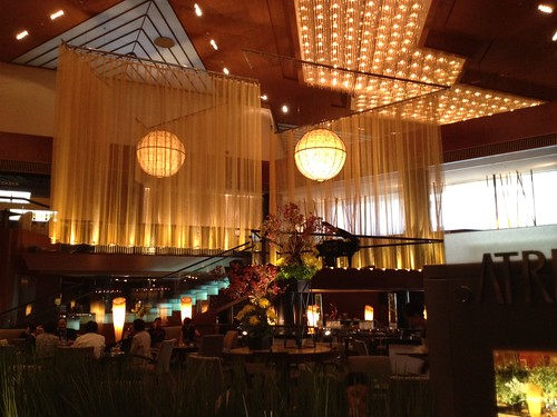 ホテル二階のアトリウムラウンジ by haruhiko_iyota