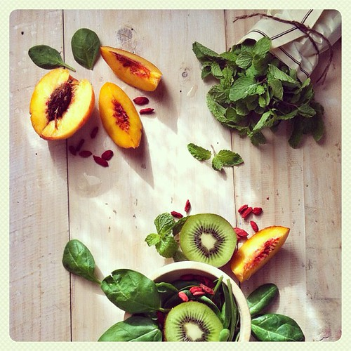 Kiwi Nectarine Mint Green Smoothie. So refreshing & energizing! #ditutgreensmoothies #simplegreensmoothies