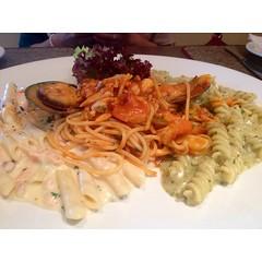 fettuccine(0.0), fusilli(1.0), bucatini(1.0), spaghetti(1.0), pasta(1.0), food(1.0), dish(1.0), carbonara(1.0), cuisine(1.0),