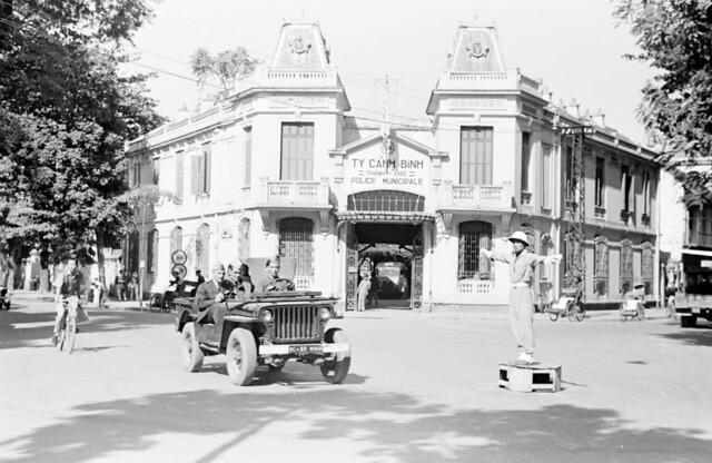 HANOI 1950 - Street scene with jeep in front of Hanoi police station - Bót Hàng Trống