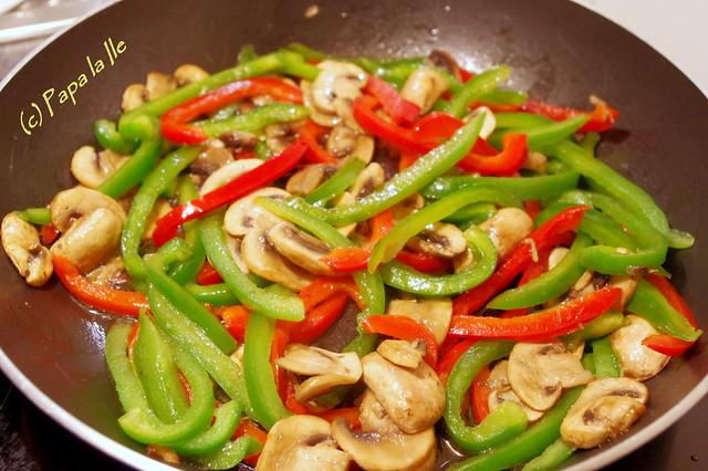 Tagliatelle cu ardei, ciuperci si pui (3)