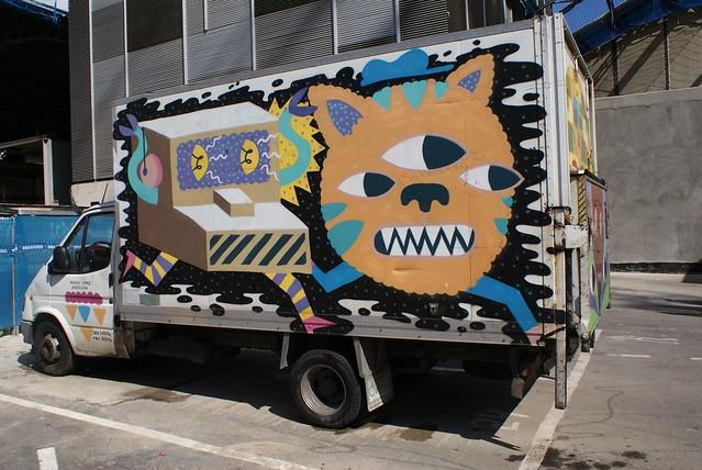 Camion de livraison de la boqueria. Un chat à 3 yeux poursuivis par une caisse enregistreuse. Le fantasme d'un esprit malade.