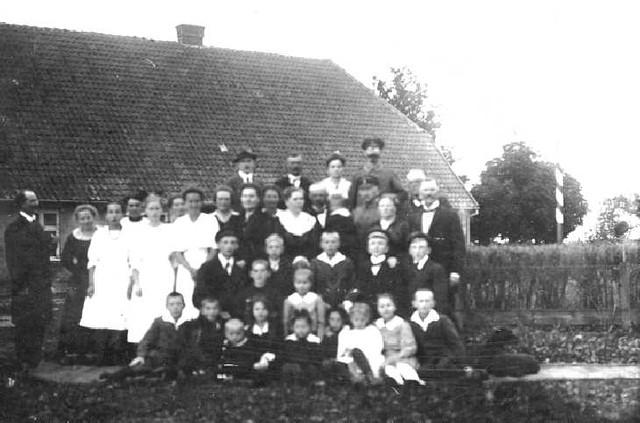 063-0004 Konfirmation in der Familie Sauff in Magotten ca. 1916-17