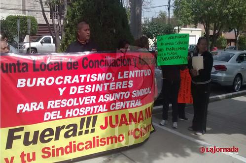 Sindicalistas del Hospital Central se manifiestan en Casa de Gobierno