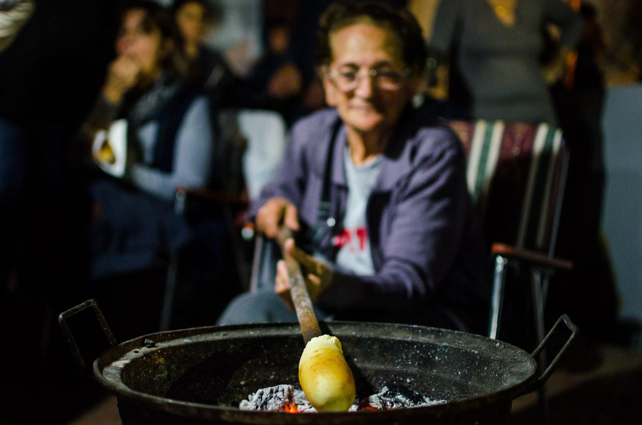 El chipá asador en proceso de ser cocinado con el calor de las brasas por parte de una de las amas de casa que participan en el gran sanjuanazo en la ciudad de San Juan el pasado 26 de junio. (Elton Núñez)