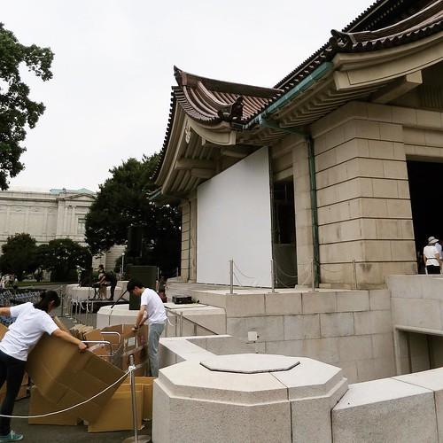 国立博物館本館正面に、特設スクリーン。 #tokikake #時をかける少女 #東京国立博物館