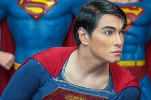 se operó 19 veces para parecerse a Superman