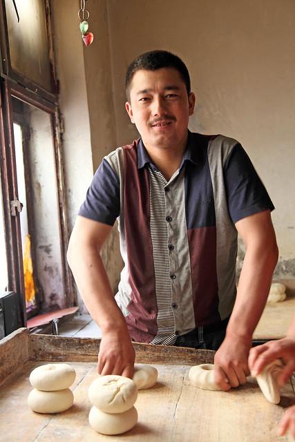 Uyghur bread baker, Urumqi ウルムチのナン職人さん