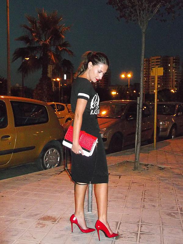camisetas y sudaderas deportivas, números, sporty, t-shirt americana, falda lápiz, stilettos, lady, bolso tricolor, labios rojo, sporting t-shirts, numbers, sporty, pencil skirt, red lipstick