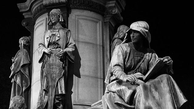 Gladstone Memorial after dark 01