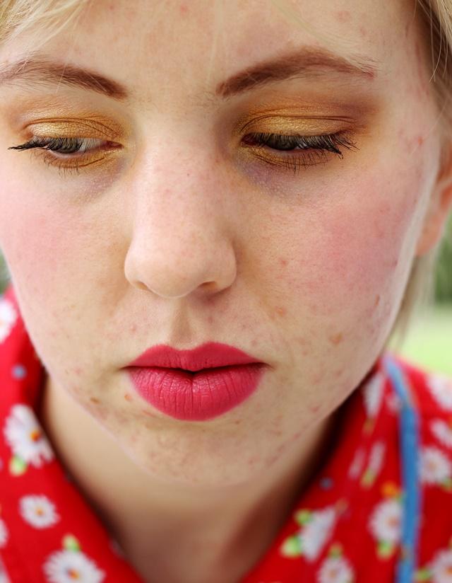 yellow gold eye makeup, pouty lipstick