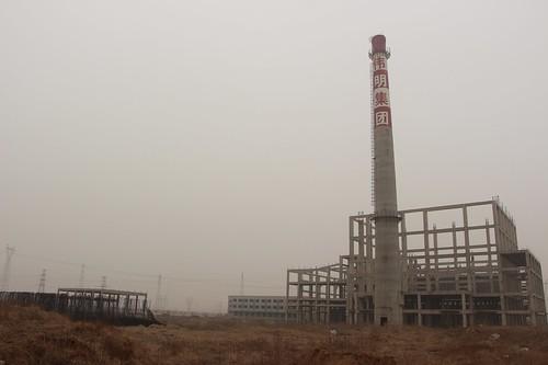 因環評批覆遭到撤銷,秦皇島市西部垃圾焚燒廠被迫停工,現在已成村民口中的「爛尾樓」。(林吉洋攝影)