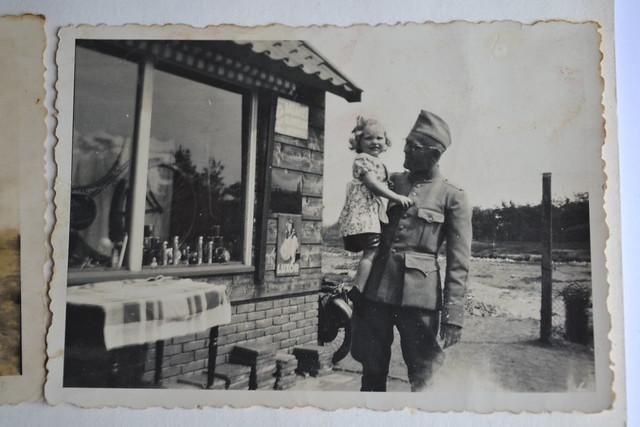 Links eerst etalage van Opa vreekamp, met soltaat en kind