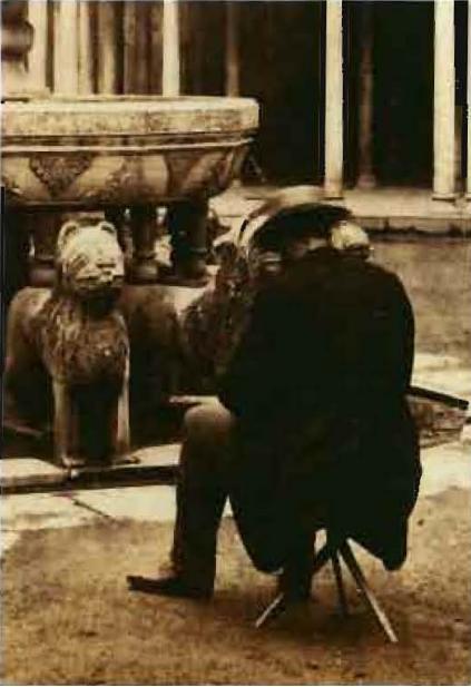 Ernest Lamy en el patio de los Leones de la Alhambra en 1863. Detalle de una fotografía de la colección de Carlos Sánchez