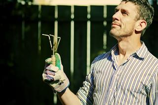 Kertészkedő férfi