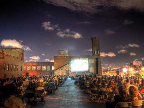 ニューヨークを駆け巡る神出鬼没の野外上映プロジェクト「ルーフトップ・フィルムズ」