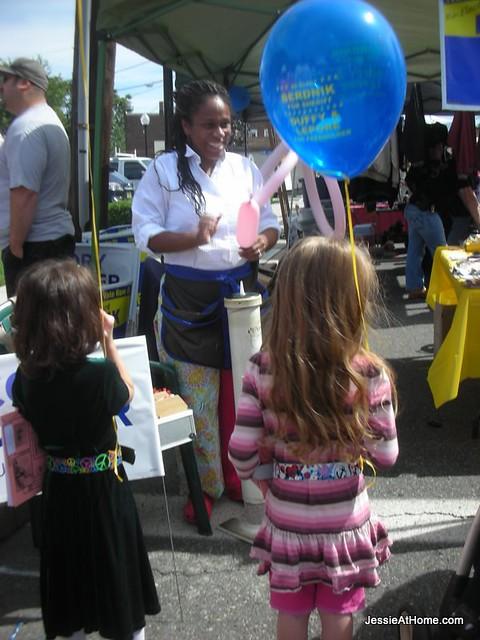 Clifton-Street-Fair-getting-balloons