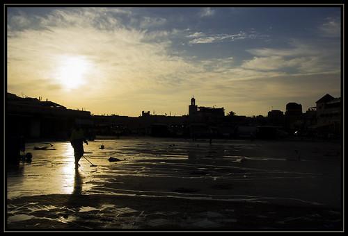 friends backlight sunrise square alba cleaning morocco marocco marrakesh piazza hm plein marokko controluce tegenlicht jemaaelfna schoonmaak pulizia zonsopkomst theunforgettablepictures theperfectphotographer marrakechtensiftalhaouz fotoworkshopnl