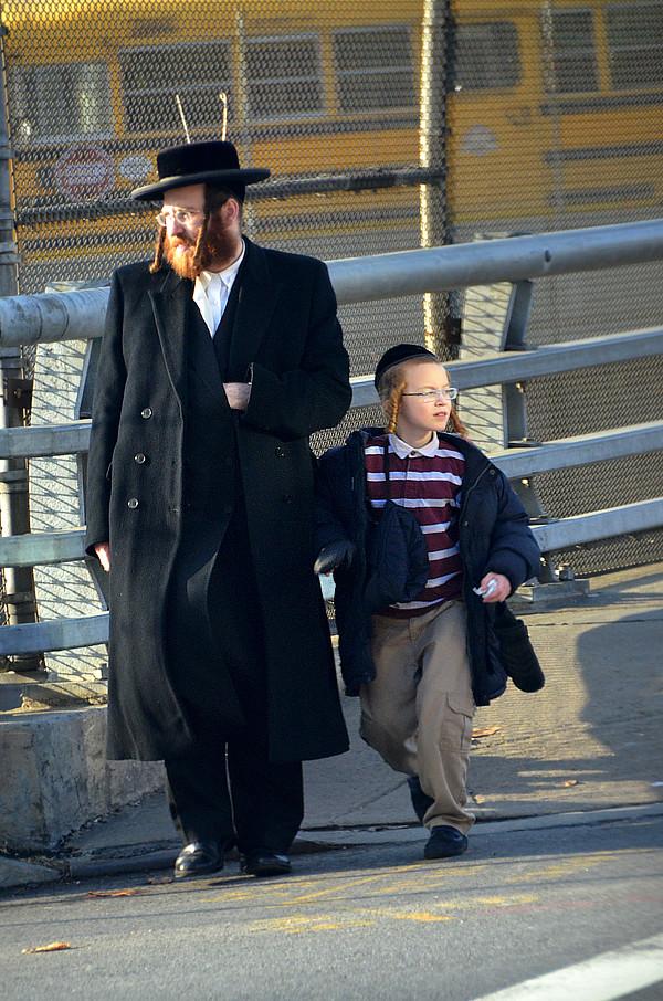 Padre e hijo, judíos ortodoxos caminando rumbo a Williamsburg en Nueva York