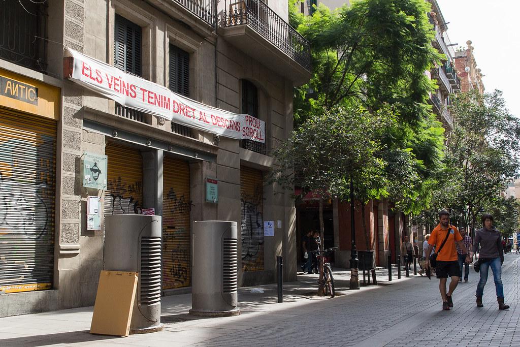 Вывеска против шума от туристов в Барселоне