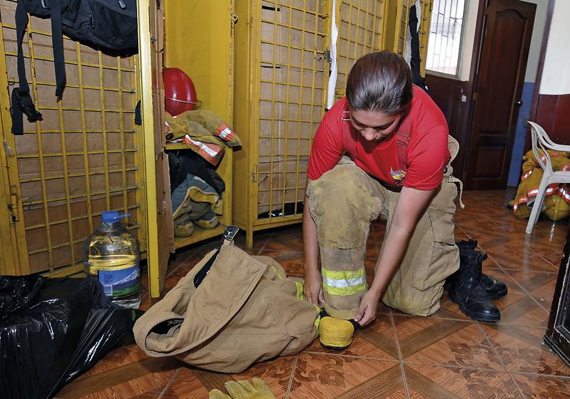 Jennifer Moreira lleva 8 años trabajando como bombero ,le toco rescatar victima tras terremoto