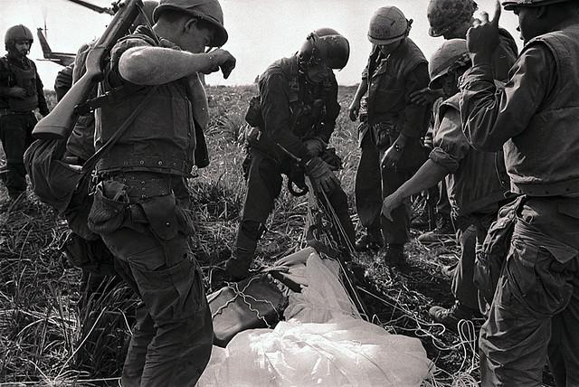 Khe Sanh 1968 - Máy bay A-4 Skyhawk của TQLC Mỹ bị bắn rơi