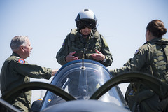 "Retired Cmdr. Dean ""Diz"" Laird, center, stands in the rear seat of a T-34C Turbomentor with the Flying Eagles of Strike Fighter Squadron (VFA) 122, July 9. (U.S. Navy/MC2 Paolo Bayas)"