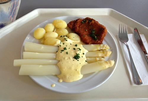 Schnitzel mit Spargel & Sauce Hollandaise / Schnitzel with asparagus