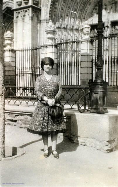 Obdulia Garzón ante la Catedral de Toledo en 1927. Fotografía de Joaquín Turina © Fundación Juan March