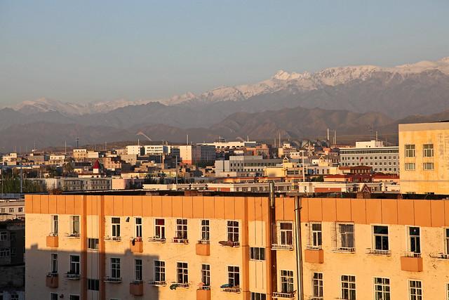 Tian Shan mountains view from the hotel, Urumqi ウルムチ、ホテルの部屋から見る天山山脈
