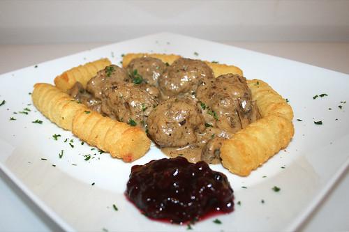48 - Köttbullar - Schwedische Hackbällchen in Pilz-Sahnesauce - Seitenansicht / Swedish meatballs in mushroom cream sauce - Side view