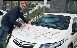Jürgen Klopp mit dem Opel Ampera von RUHRAUTOe